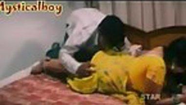 Yellow saree telugu aunty exposed