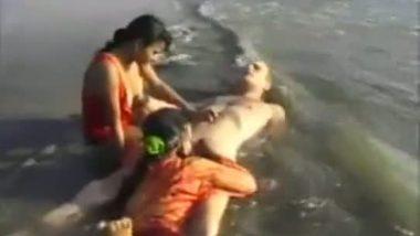 Sluts blowjob to white guy in beach