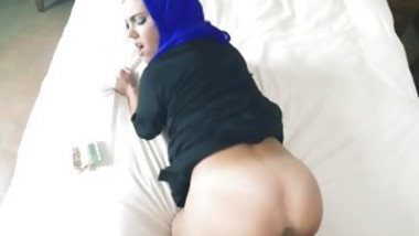arab first time These female comes in for bed.