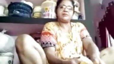 TIRUNELVELI TAMIL DELPHINE AUNTY SHOWING PUSSY HOLE