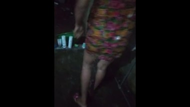srilankan outdoor bath and fuck කැරි සපක්