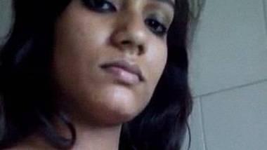 Natural sexy figured Srilankan lady bathroom selfie
