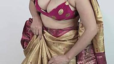 Big boobs aunty wearing sari showing huge hanging boobs and navel