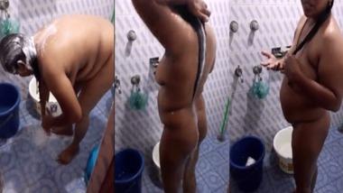 Sexy looking busty bhabhi nude bath MMS video