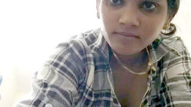 Desi sexy girl show her boobs n make video