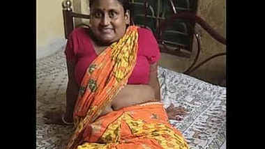 Bubbly village housewife erotic navel show.