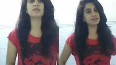 "Indian Girl showing boobs saying ""mujhe toh yaad hi nahi main bra nahi pahni hu"""