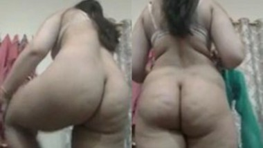 Sexy Paki Girl Showing Her Big Ass and Pussy 2 clips