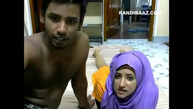 Sexy Muslim cam couple making out on webcam