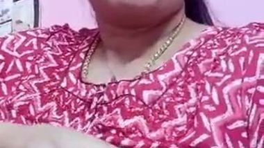 Amateur porn video of the Desi housewife extracting milk from tits