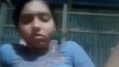 Narayanganj girl masturbating using banana MMS video