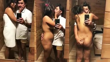 Indian chick takes white towel down and kisses male filming XXX clip