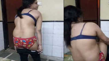 Indian female exposes her sex rear on XXX lover's camera in the bedroom